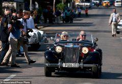 Principe Carlos manejando en La Habana